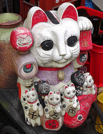Maneki-neko in Nagoya, (c) 2017 by John C. Goss
